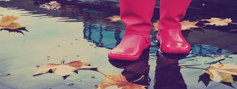 walking-rain-weather-slippery-surfaces-caution-fall-whitby-oshawa-gta-personal-injury-lawyers